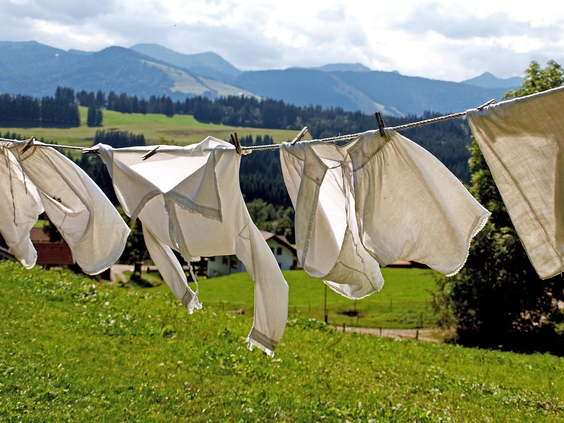 Vasketøj der tørrer i vinden