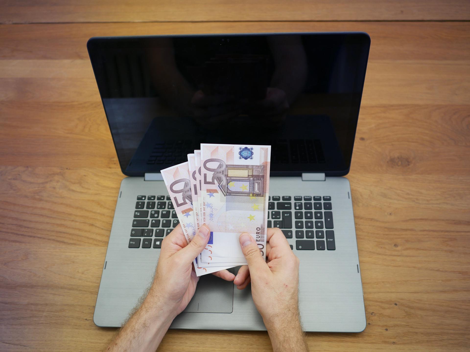 Penge og computer
